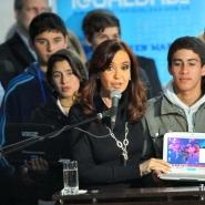 Cristina entrega la netbook 3 millones y tres aulas digitales.