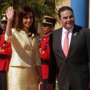 La Presidenta argentina Cristina Fernandez de Kirchner junto a su par de El Salvador, Elias Antonio Saca González