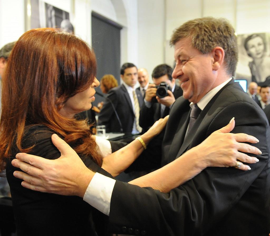 Cristina Fernández saluda al titular de la OIT, Guy Ryder, en el Salón de las Mujeres Argentinas de Casa Rosada.