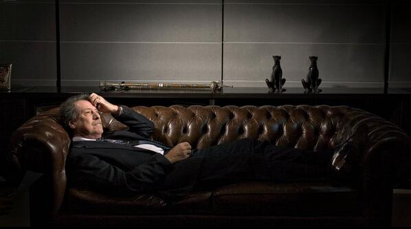 El reportaje a Brito! Casi me olvido. Interesante foto, banquero en diván de terapia pidiendo desdoblamiento cambiario.