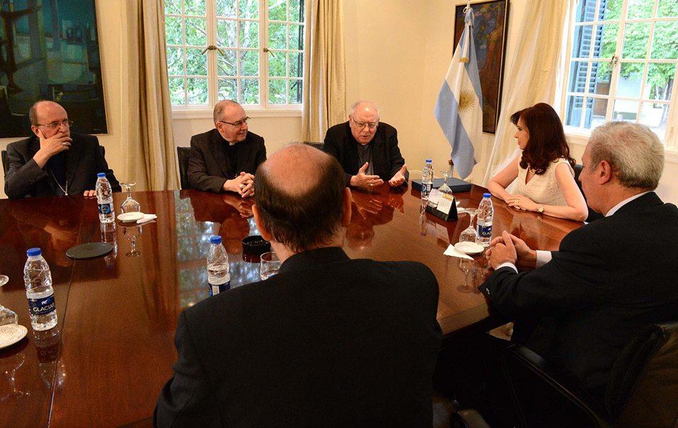 Miro la tapa de P12, una foto de Monseñor Arancedo, Arzobispo de Santa Fe, con CFK en la reunión de ayer