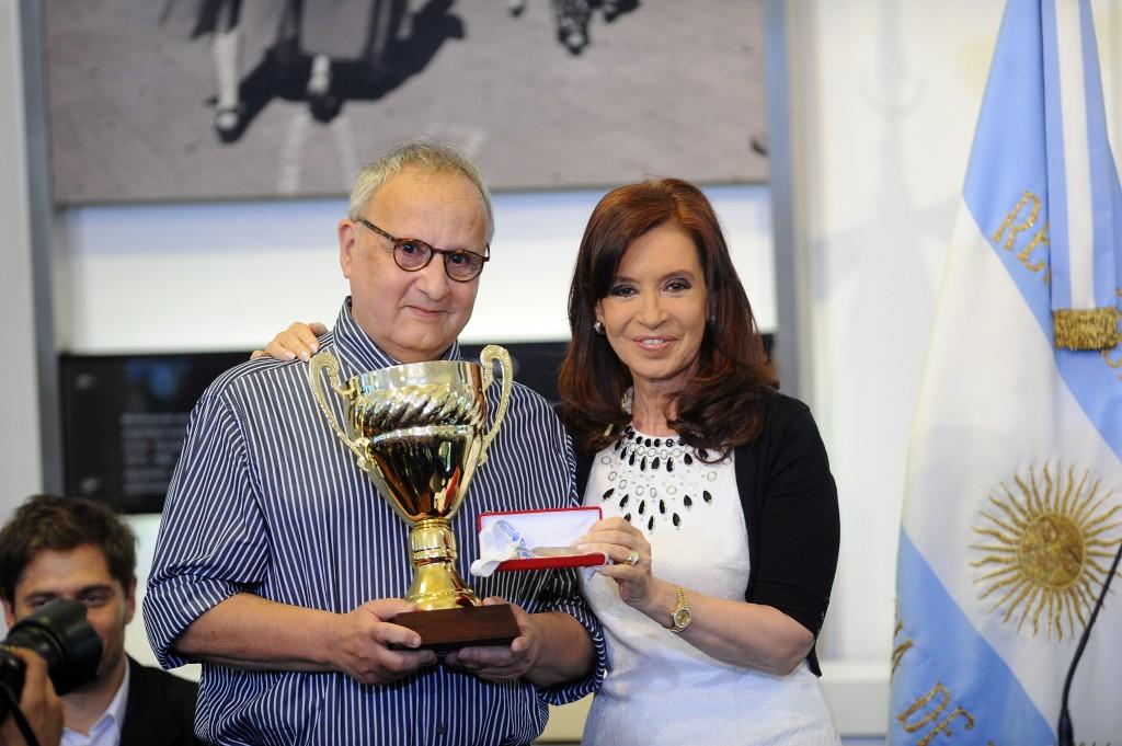 Cristina Fernández de Kirchner realizó la entrega de la medalla a Eduardo Figueroa, ganador de los Juegos Nacionales Evita en Ajedrez Adultos, quien a su vez le obsequió a la mandataria el trofeo obtenido en 1953 en la categoría Ajedrez del mismo certamen.