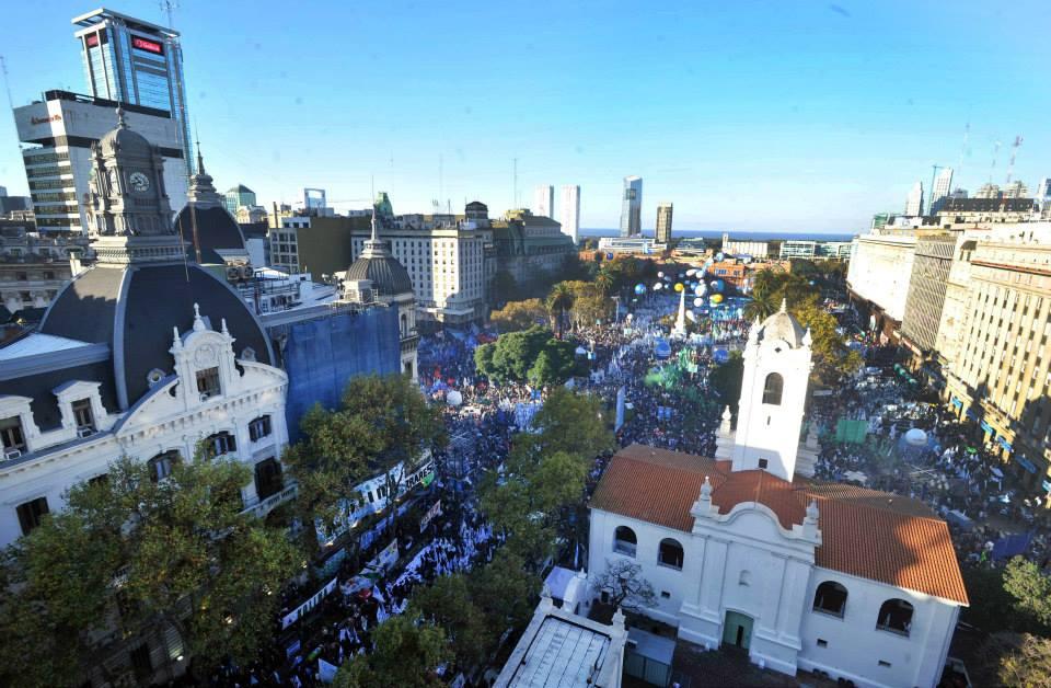 25 de Mayo: Fiesta patria popular en la Plaza de Todos