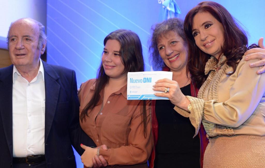 La presidenta Cristina Fernandez de Kirchner entregó el nuevo DNI 37 millones emitido por el sistema digital desde finales del 2009.