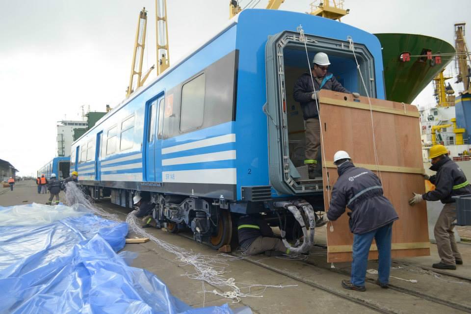 Hoy llegaron al puerto de Buenos Aires provenientes de China 8 formaciones 0km de 9 coches cada una. En total son 72 coches 0km.