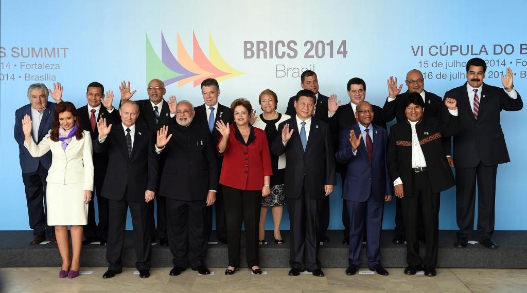 La presidenta Cristina Fernandez de Kirchner reunida junto a los mandatarios que integran los bloques BRICS y UNASUR, en Brasilia.