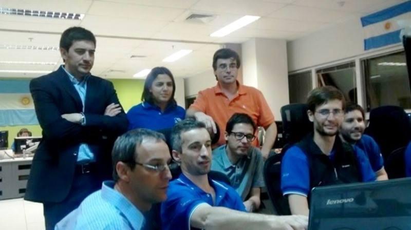Matías Bianchi, presidente de ARSAT (arriba a la izquierda) observa los resultados de la tercera maniobra de puesta en órbita del ARSAT-1