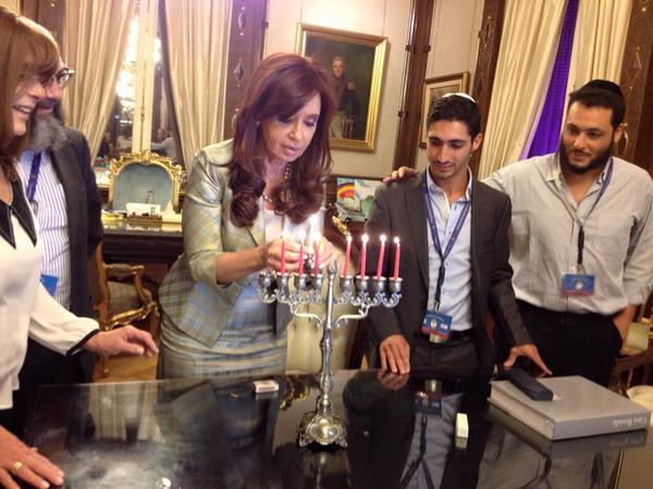 La Presidenta Cristina Fernandez de Kirchner mantuvo una audiencia con el primer ahijado presidencial que profesa la fe judía, Iair Gabriel Tawil, y encendió la séptima vela de Jánuca.