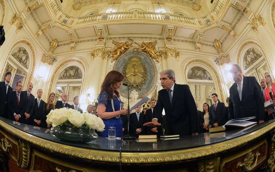 La presidenta Cristina Fernández de Kirchner tomó juramento esta tarde en el Salón Blanco de Casa de Gobierno al nuevo jefe de gabinete, Aníbal Fernandez, quien reemplaza en el cargo a Jorge Milton Capitanich