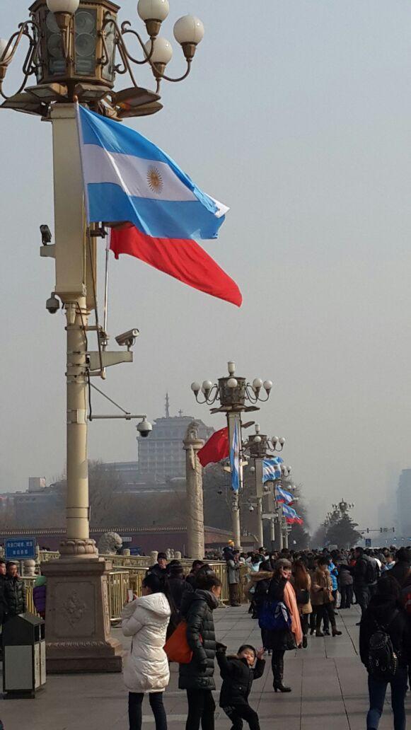 La Bandera Argentina flamea en la Plaza de Tiananmén en Beijing por la visita de Cristina Fernandez de Kirchner