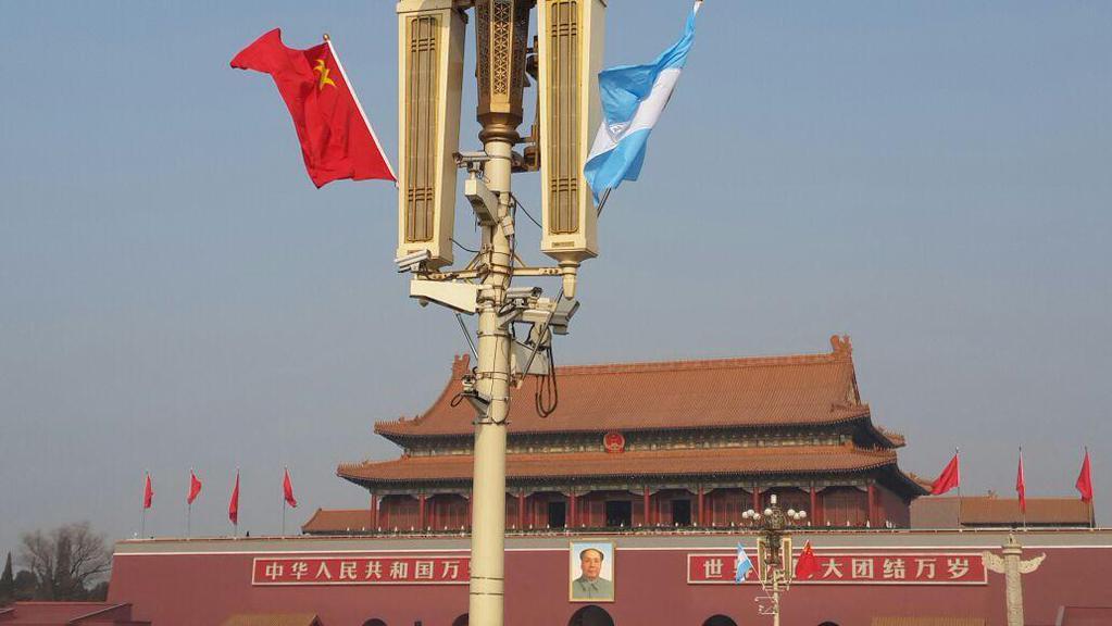 """Banderas argentinas en plaza de Tiananmén Men junto al retrato de Mao y en la """"ciudad prohibida"""", orgullo nacional."""