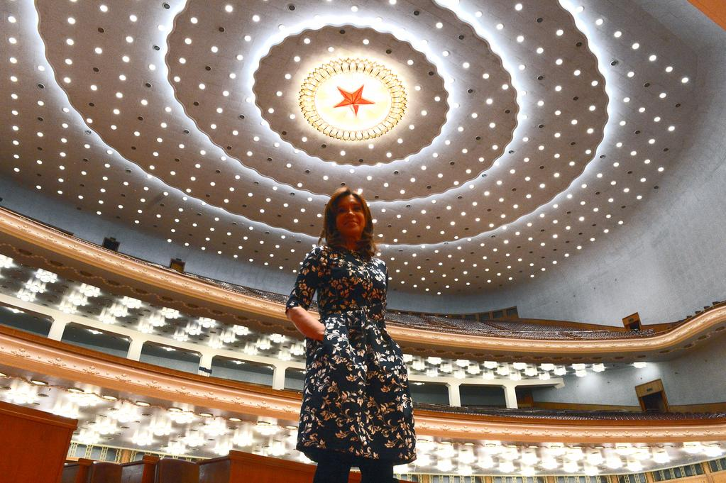 No pude resistir la tentación de mencionarle la impresión que me había causado el recinto donde sesiona la Asamblea.