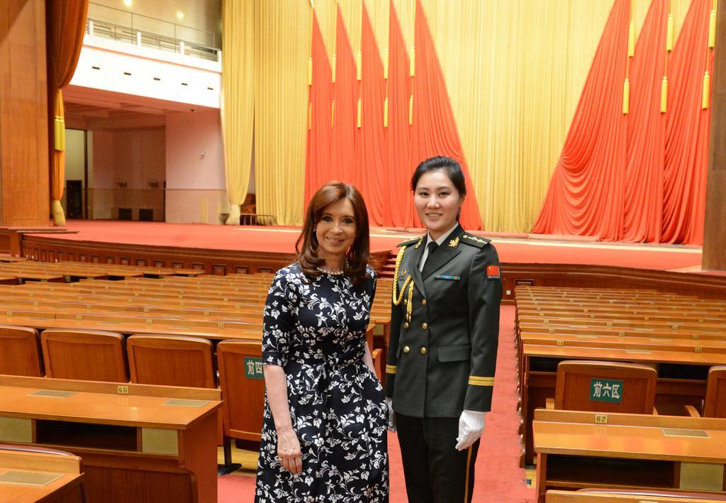 Foto con edecana, miembro del Ejército Popular de Liberación Nacional-igual que la esposa del Presidente Xi Jinping