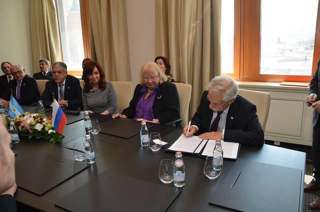 La Presidenta Cristina Fernandez de Kirchner firmó acuerdos de cooperación en combustibles nucleares con Rusia junto al Ministro de Planificación Federal Julio de Vido y el Canciller Héctor Timerman.